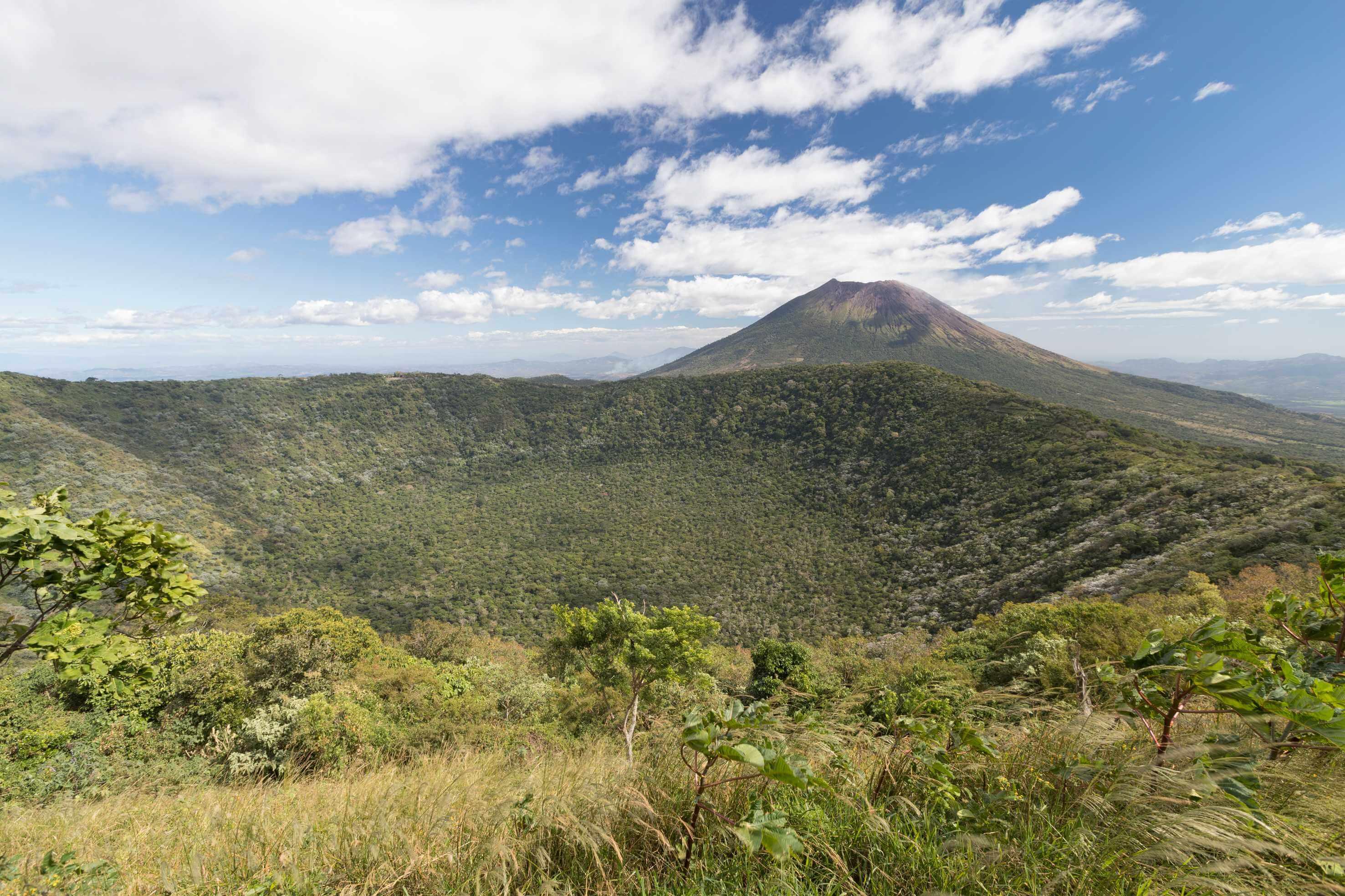 Krater des Vulkans Chinameca im Vordergrund und der Vulkan von San Miguel im Hintergrund.