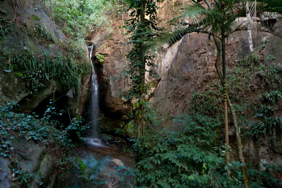 Wasserfall der über Felsen plätschert. Auf der Fazendas Dutra.